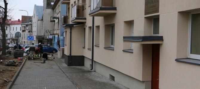 Pradedami tvarkyti  šalia daugiabučių namų esantys šaligatviai ir įvažiavimo keliukai