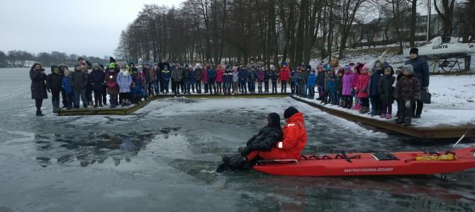 Vaikai mokomi elgtis ant ledo