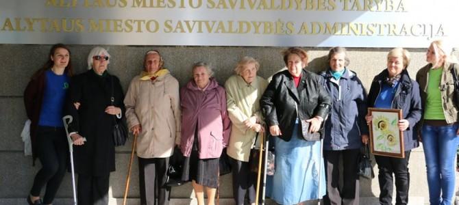 """Alytaus miesto savivaldybėje senjorų rankdarbių paroda """"Kūryba metų neskaičiuoja"""""""