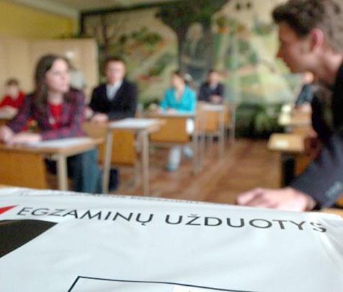 LLK Egzaminai Brandos Abiturientai Moksleiviai Mokykla Šiemet brandos egzaminus laiko 48,5 tūkst. vidurinių, vakarinių, profesinių mokyklų ir gimnazijų moksleivių. Valdo Kopūsto (ELTA) nuotr. 1 Vilnius, gegužės 25 d. (ELTA). Šiemet brandos egzaminus laiko 48,5 tūkst. vidurinių, vakarinių, profesinių mokyklų ir gimnazijų moksleivių ir 1867 ankstesnių laidų abiturientai. Daugiausiai dvyliktokų - 35 proc. - pasirinko 4 valstybinius egzaminus. Vieną valstybinį, o kitus mokyklinius egzaminus nusprendė laikyti 14 proc. abiturientų. Visus septynis mokiniui leidžiamus egzaminus pasirinko tik 7 moksleiviai. Populiariausias egzaminas, kaip ir ankstesniais metais - matematika. Jį gegužės 18-ąją laikė beveik 83 proc. abiturientų. Beveik 70 proc. dvyliktokų laikys istorijos ir beveik 58 proc. - anglų kalbos egzaminus. Valstybinių brandos egzaminų abiturientų brūkšniniais kodais koduotus darbus vertins daugiau nei 1350 mokytojų ir aukštųjų mokyklų lektorių. Vieną darbą peržiūrės du vertintojai. Jeigu jų vertinimai skirsis, darbą peržiūrės trečiasis. Norintys pamatyti savo darbą po įvertinimo turės pateikti prašymą švietimo ir mokslo ministrui. Fotografuota Vilniaus Tuskulėnų vid. mokykloje. RN