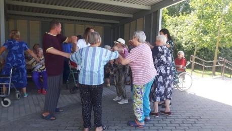 Karštą vasaros dieną senjorai judėjo šokio ritmu (1)