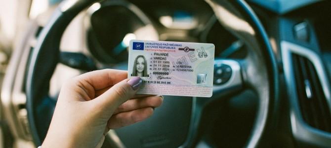 """Per karantiną baigusius galioti vairuotojo pažymėjimus """"Regitra"""" kviečia vežiotis su savimi"""