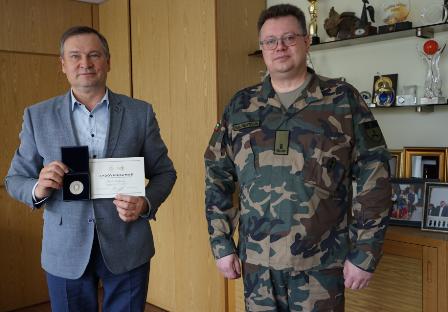 Alytaus apskrities šaulių vadas Skirmantas Valatkevičius įteikė rajono merui Algirdui Vrubliauskui Lietuvos šaulių sąjungos apdovanojimą