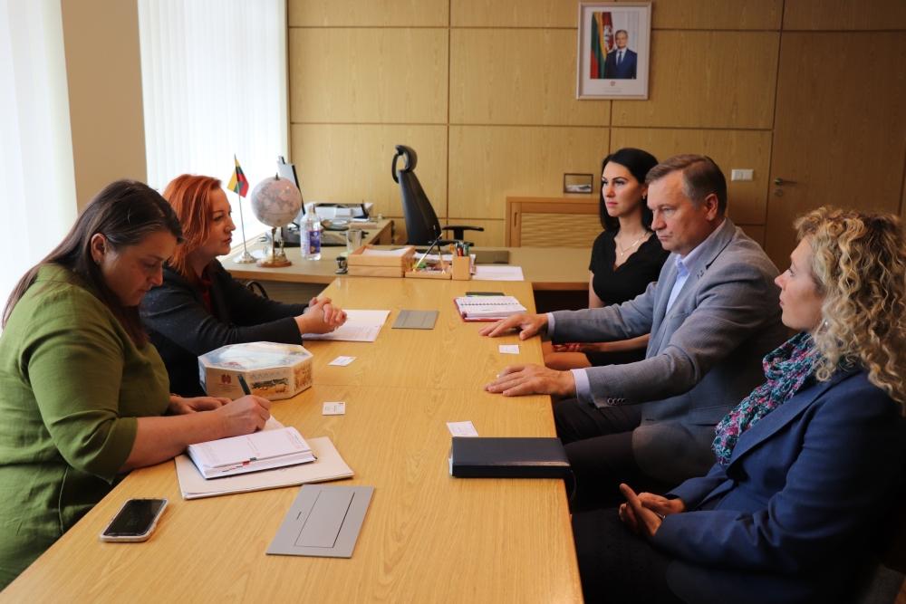 Rajoino meras A. Vrubliauskas, administracijos direktorė G. Jociunskaitė su Lietuvos konsulte Gardine Jolanta Tubaite aptarė galimą bendradarbiavinmą bendradarbiavimą