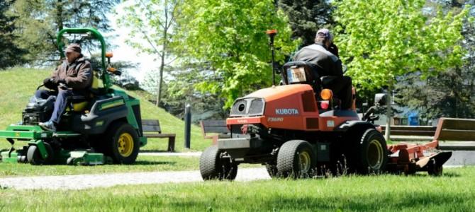 Alytuje įsibėgėja žaliųjų plotų šienavimo darbai